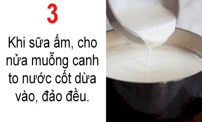 Khi kiểm tra sữa đã ấm cho thêm nửa muỗng canh nước cốt dừa.